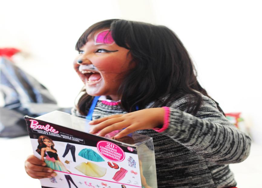 Regalan sonrisas a niños de escasos recursos