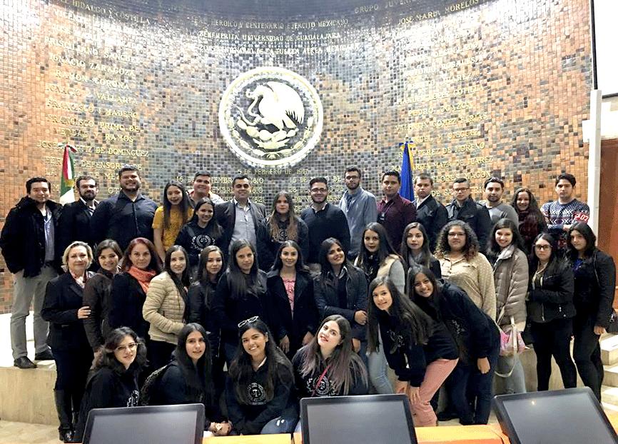 Futuros abogados visitan el Congreso del Estado